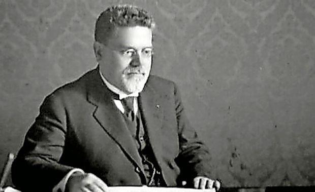 Giovanni Gentile je bil italijanski filozof, ki je kot šolski minister  leta 1923 uvedel reformo, s katero je slovenski jezik izginil iz  učilnic v šolah v Italiji.