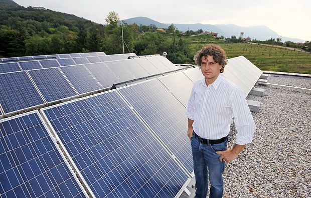 """Robert Golob: """"Samooskrba s sončno energijo mora priti na zemljevid vsakega posameznika in  je eno od področij, na katerih je Slovenija lahko  zgled, kako na pozitiven način izpeljati zeleni  preboj, ki ne bo prinesel le sprememb v ravnanju z viri, ampak tudi pri obnašanju potrošnika,  in hkrati zagon lastne industrije."""""""