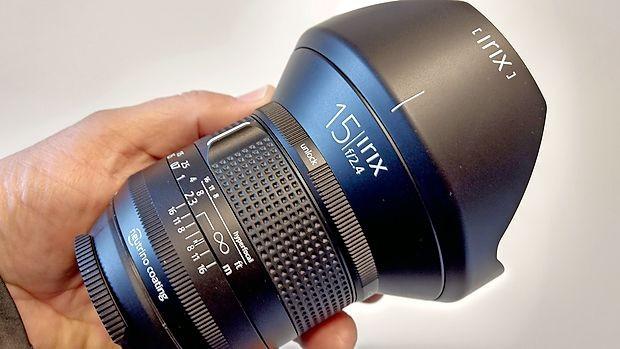 Objektiv irix 15mm f/2.4 iz linije firefly je izdelan iz kakovostnih  umetnih plastičnih mas in tehta 608 gramov.