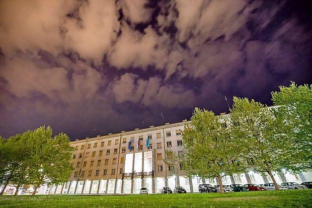 Stavba Mestne občine Nova Gorica: čas 6s, zaslonka 5.6, ISO 1600.