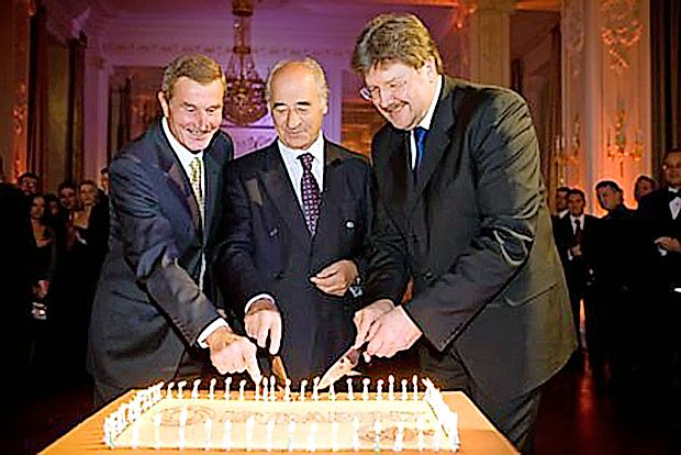 Istrabenz je leta 2008 praznoval 60. obletnico:  Jordan  Klabjan (z leve) in Janko Kosmina kot predstavnika prejšnjega vodstva in tedanji predsednik uprave Igor Bavčar