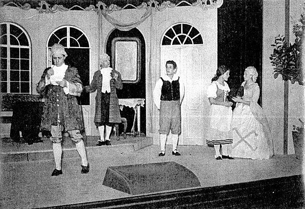 Andrej Jelačin (v sredini) kot Matiček v Linhartovi komediji Ta  veseli dan ali Matiček se ženi, ki so jo zaigrali ob otvoritvi  gledališke dvorane v Solkanu.