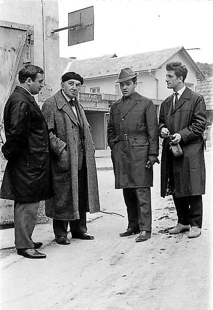 Ko je goriški ansambel s komedijo Mandragola gostoval v  Radovljici, so člani obiskali pesnika Alojza Gradnika: (z leve)  Andrej Jelačin, Alojz Gradnik, Stane Leban in Valko Bone.