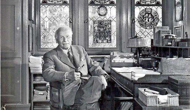 """C. G. Jung: """"Tako zdravnikovo prizadevanje  kakor tudi pacientovo iskanje se usmerja v  skritega, v še ne manifestiranega"""