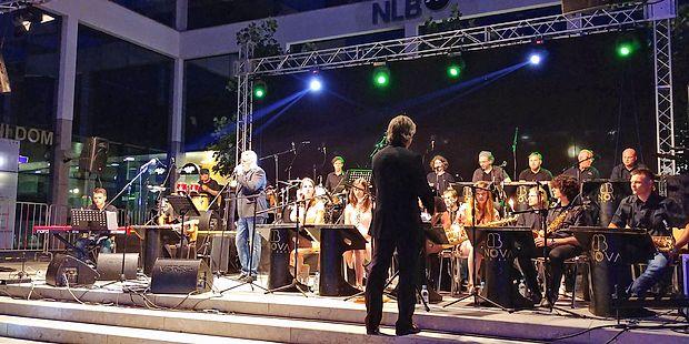 Svetlobni zajem 30 mm f/1,8  objektiva med nočnim motivom  koncerta.