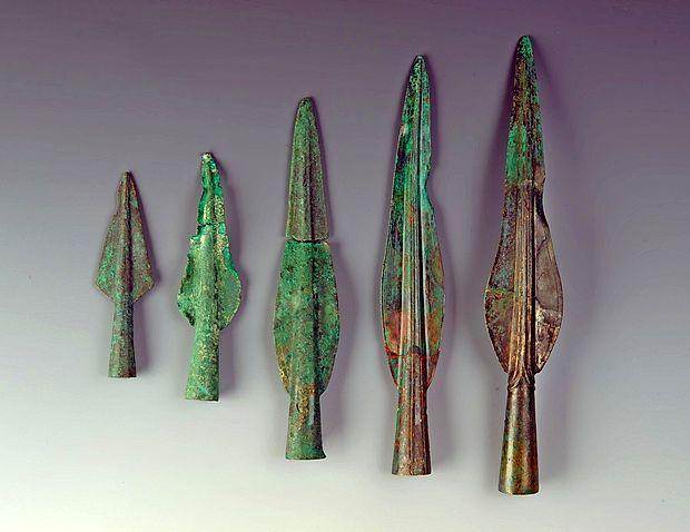 Sulične osti iz časa med 12. in 10. st. pr. n. št. so med darovanimi predmeti  najpogostejša zvrst orožja. Naravoslovno-zgodovinski muzej, Dunaj.
