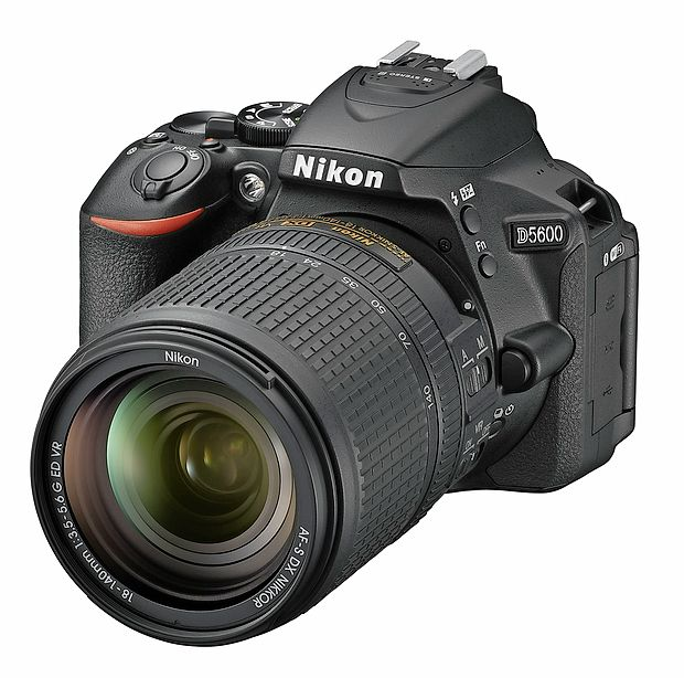 Nikon D5600 za začetne ljubitelje DSLR fotografije.
