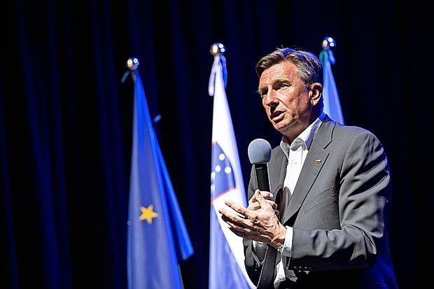 """Borut Pahor: """"Gre za tako veliko stvar, da lahko uspe le - to je  izkušnja teh dvajsetih let -,  če se pod  pobudo o dveh Goricah,  enem mestu,  podpišeta obe vladi, pokrajine v Italiji in poleg  novogoriške še druge obmejne občine v Sloveniji.  Ter če  to  postane unikaten projekt Evropske unije, tudi z njenimi  sredstvi."""""""