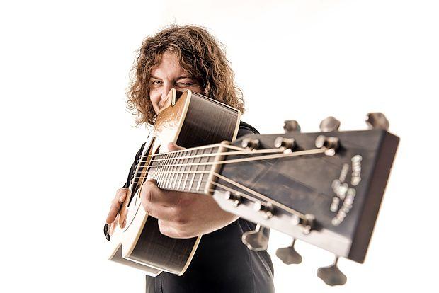 Med inštrumenti, ki jih zna igrati, je kitara na prvem mestu.