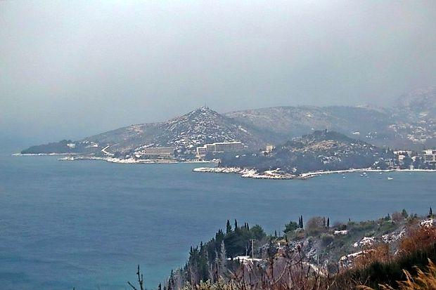 Dubrovnik se je danes zbudil pod snežno odejo.