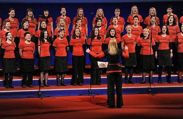 V Slovenski kinoteki so v ponedeljek premierno predvajali  dokumentarni film o ženskem pevskem zboru Kombinat.