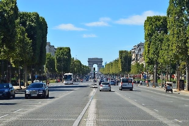 Na pariških ulicah je več tisoč vojakov in oboroženih policistov, ki poostreno varujejo tudi turistične točke, kot so  Elizejske poljane. Fotografija je simbolična.