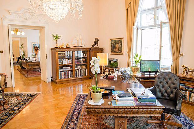 Vrata v predsednikovo pisarno so zmeraj odprta. Tako tista, ki  jo povezujejo s tajništvom,  kot druga.