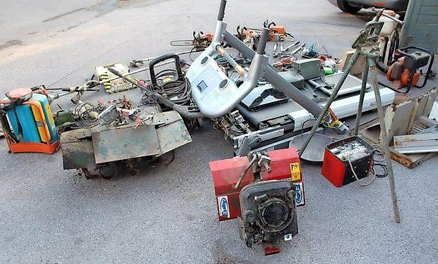 Policisti tako naprošajo vse morebitne oškodovance, ki bi  katere od   predmetov na fotografijah  prepoznali  kot  svoje,  da  se  zglasijo  na Policijski postaji Ajdovščina.