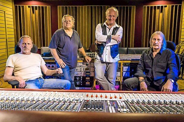 Karamela se vrača na  glasbeno tržišče s studijskim albumom  Brez strahu.
