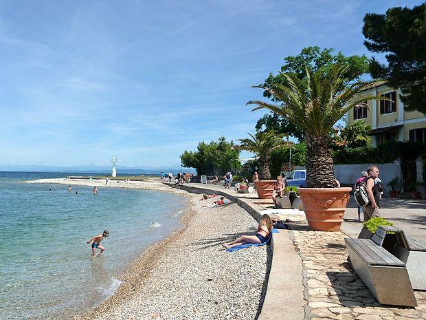 Ob 8.12 so v Kopališki ulici v Izoli iz morja v bližini izolskega  svetilnika povlekli osebo, ki ni kazala znakov življenja.