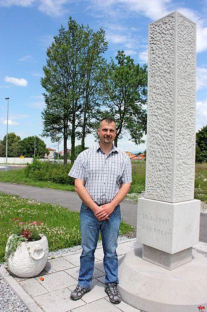 """Aleksander Dekleva se je na križišču v Divači začel prepirati z  vojko, zaradi česar je poročnik JA opozorilno ustrelil mimo  njegove glave. V spomin na prvi strel v osamosvojitveni vojni  in na primorski """"dan prej"""" v Divači stoji spomenik."""