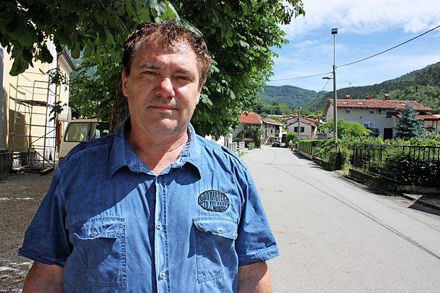 Martin Groznik v Vrhpolju, na trgu prd cerkvijo. Pred 25 leti so  na cesti za njim potekali dramatični dogodki.