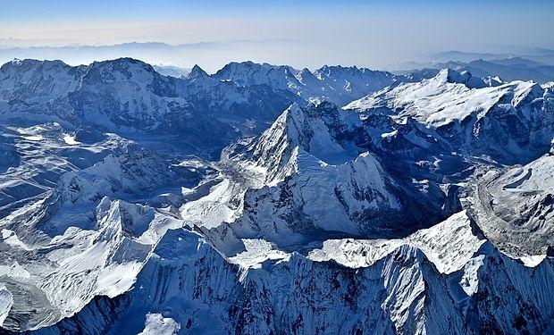 Vrhovi Himalaje so še vedno izziv za človeka.