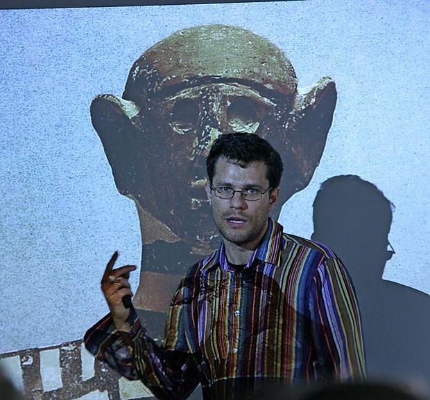 Arheolog in izredni profesor Boris Kavur z Univerze na  Primorskem je povedal, da sta po dostopnih informacijah  prisotna divje govedo - tur oziroma bizon - ter robustna  verzija konja.