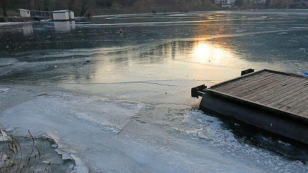 Na območjih manjšega pretoka, predvsem akumulacijskih jezerih se je zaradi nizkih temperatur v zadnjih dneh naredila ledena skorja celo na reki Soči.