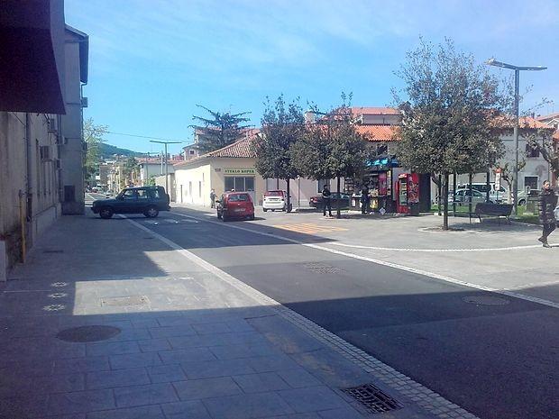 Družba CPK, d. d. je včeraj začela z urejanjem prehodov za  pešce iz tlakovcev v Kopru. Dela bodo trajala predvidoma do  12. maja.