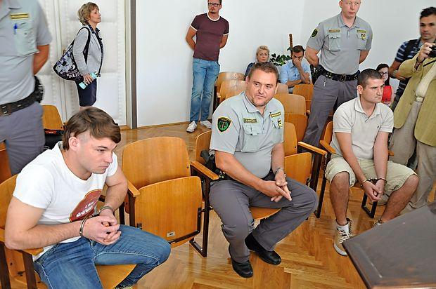 Na Okrožnem sodišču Krško se je začela glavna obravnava v  sojenju Alešu Olovcu in Martinu Kovaču, ki ju obtožnica  bremeni, da sta februarja brutalno pretepla 26-letnika, zaradi  česar je ta kasneje umrl, in napad objavila na družbenem  omrežju facebook.