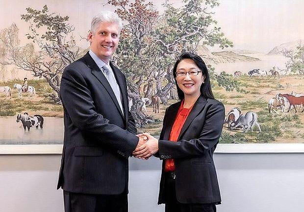 Cher Wang, predsednica uprave in izvršna direktorica podjetja HTC, ter Rick Osterloh, višji podpredsednik za strojno  opremo v podjetju Google