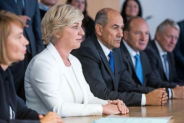 Romana Tomc je na Državno volilno komisijo prišla v spremstvu predsednika SDS Janeza Janše.