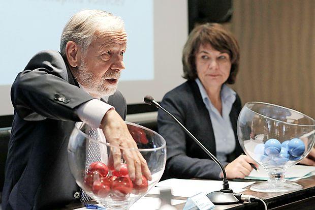 Predsednik državne volilne komisije Anton Gašper Frantar  med žrebom vrstnega reda kandidatov za predsedniške  volitve.