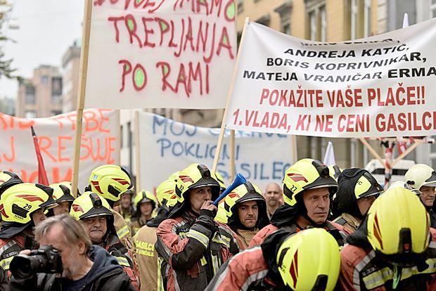 Gasilci so se  zbrali pred vlado z glasnimi zahtevami za boljše  vrednotenje svojega dela.