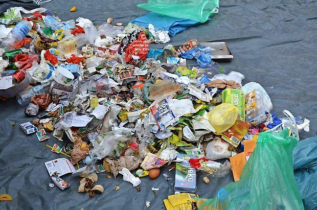 Globa za nepravilno odlaganje odpadkov znaša 1251 evrov  za pravno osebo in 417 evrov za fizično.