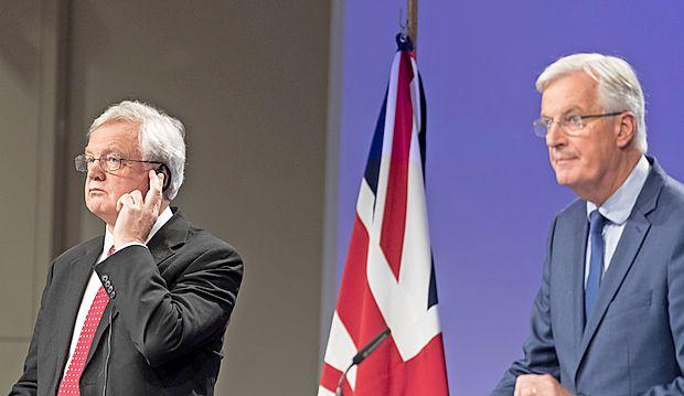 Glavni britanski pogajalec za brexit David Davis (levo) in  glavni pogajalec EU Michel Barnier