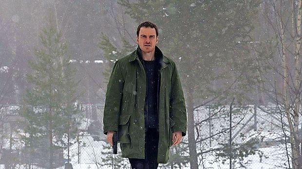 Harry Hole (Michael Fassbender) skuša priti na sled domnevnemu serijskemu morilcu.