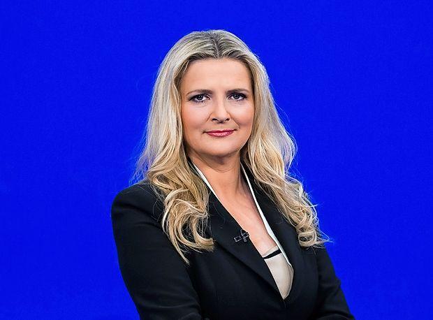 Včeraj zvečer se je kar nekaj gledalcev ob gledanju večerne  informativne oddaje Odmevi spraševalo, kaj je narobe z  voditeljico, izkušeno novinarko Tanjo Gobec.