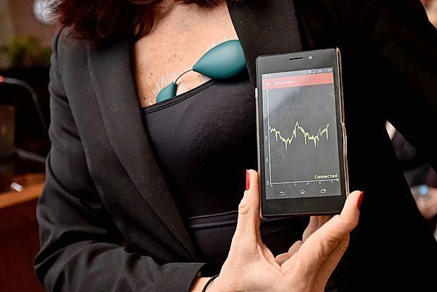 Napravico se pritrdi na kožo s pomočjo standardnih samolepljivih elektrod. Izmerjeni EKG se preko brezplačne  mobilne aplikacije prikazuje in shranjuje v uporabnikovem  pametnem telefonu za kasnejšo natančnejšo obdelavo.