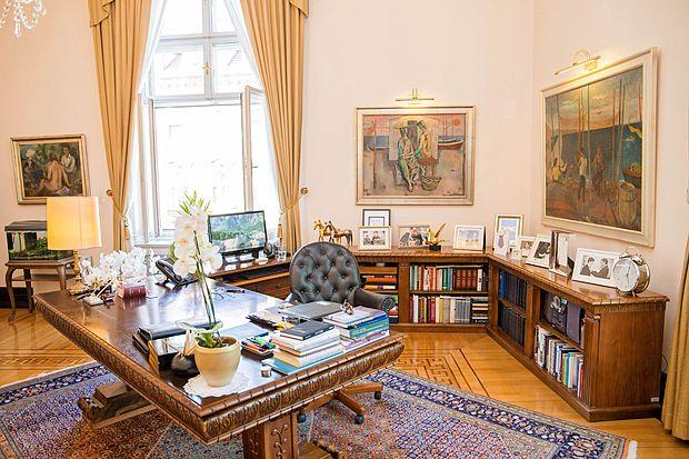 Za izbiro slik poskrbi Narodna galerija in predsednik nanjo  nima velikega vpliva. Dve  sliki na steni za pisalno mizo pa sta  vendarle tam na njegovo željo, obe z morskim motivom.  Ribiči in Ribiške žene slikarja Maksima Sedeja.