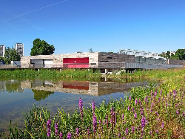 Kompleks Espaces Vertes združuje rastlinjak, kuhinjo, velik  prostor za dogodke in manjše kotičke za druženje in skupne  dejavnosti.