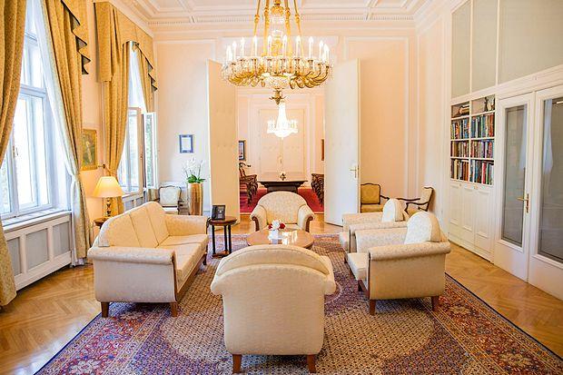 Vrata v predsednikovo pisarno so zmeraj odprta. Tako tista, ki  jo povezujejo s tajništvom,  kot druga
