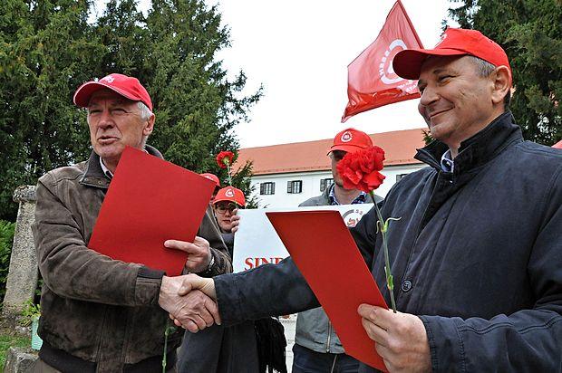 Predsednik Zveze svobodnih sindikatov Slovenije  Dušan  Semolič (levo) in predsednik Zveze samostojnih sindikatov  Hrvaške  Mladen Novosel sta podpisala skupno izjavo o  nujnem dvigu plač.