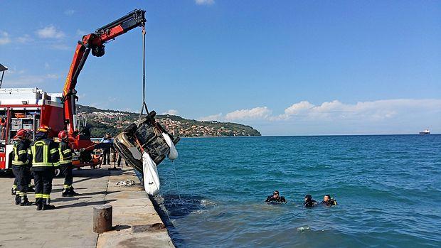 Danes dopoldne  so iz morja dvignili vozilo, ki je bilo ukradeno   aprila.