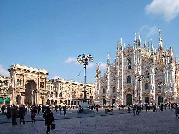 Milanski trg Duomo pred zasaditvijo palm.