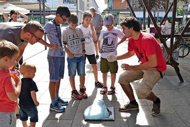 Otroci so si z zanimanjem ogledali eksperimente.