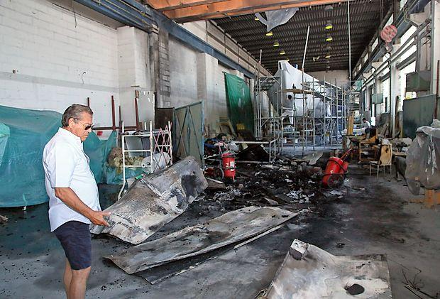 Slavko Žbogar si ogleduje posledice včerajšnjega požara v  hali za popravilo plovil na območju izolske ladjedelnice.