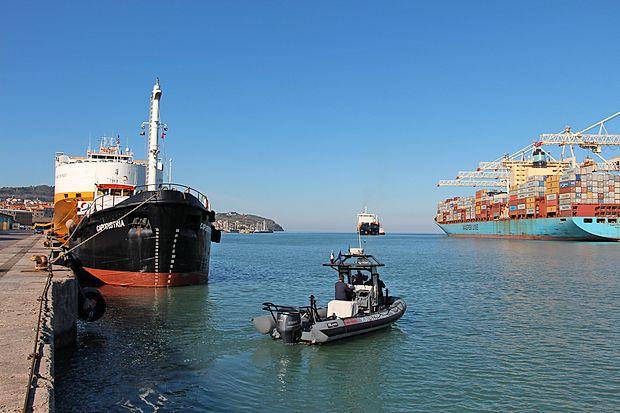 Tanker z 200 tonami nafte je konec marca zaradi odpovedi  avtomatskega pilota nasedel, k sreči pa ni prišlo do izlitja  nafte.