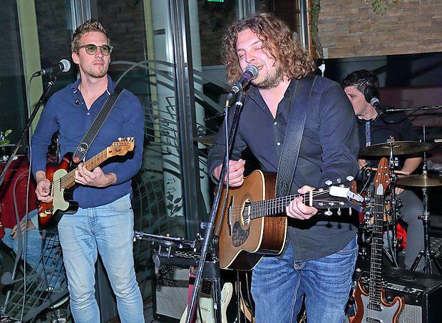 V lokalu Generation je Lean Kozlar Luigi predstavil svojo prvo  zgoščenko Kralj noči. Na fotografiji sta ob njem še kitarist  Marko Hrvatin in bobnar Marko Toškan.