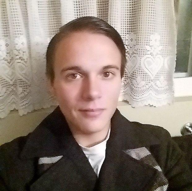 Med glavnimi obrazi spornega sobotnega shoda skrajnih  desničarjev v Charlottesvillu v ameriški zvezni državi Virginija  je tudi 20-letni študent Peter Cvjetanovic.