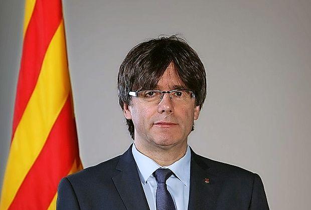Katalonski regionalni voditelj Carles Puigdemont je podpisal  deklaracijo o neodvisnosti Katalonije, a je pozval k odložitvi  razglasitve neodvisnosti za nekaj tednov, da bi rešitev iskali v  dialogu z Madridom.