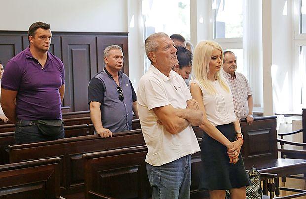 Notarki Polki Bošković, ki je danes ni bilo na izrek sodbe,   je  novogoriško sodišče prisodilo pogojno kazen za pomoč pri  kaznivem dejanju goljufije, Radenko Vasić (spredaj) pa bo  zaradi goljufije in izsiljevanja moral za dve leti v zapor.