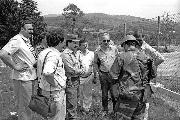 Komandirja postaje mejne milice Kozina Slavka Gerželja so  med pogovori z vojaškim oficirjem obkrožili novinarji. Leta  1991 jim ni bilo treba čakati na pojasnila piarovcev - ker jih ni  bilo.